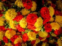 Ciérrese para arriba de flores amarillas y rojas en el mercado del KR en Bangalore En Bangalore fotos de archivo