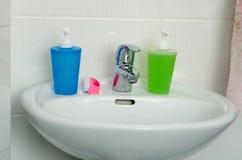 Ciérrese para arriba de fregadero, de golpecito y de los accesorios modernos del cuarto de baño Imagen de archivo