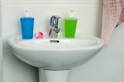 Ciérrese para arriba de fregadero, de golpecito y de los accesorios modernos del cuarto de baño Imágenes de archivo libres de regalías