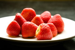 Ciérrese para arriba de fresas maduras en la placa blanca. Fotografía de archivo