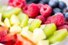 Ciérrese para arriba de frutas y de bayas en cuenco Fotos de archivo
