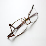 Ciérrese para arriba de gafas en el escritorio Fotos de archivo libres de regalías