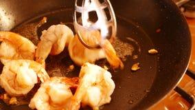 Ciérrese para arriba de gambas grandes fritas en un sartén con aceite 4k UHD metrajes