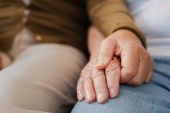 Ciérrese para arriba de gente casada los ancianos mientras que lleva a cabo las manos foto de archivo