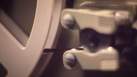 Ciérrese para arriba de girar el rollo de película de 8m m en el proyector metrajes