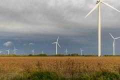Ciérrese para arriba de granja de la turbina de viento en un campo abierto foto de archivo libre de regalías