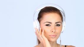 Ciérrese para arriba de hembra atractiva que escuchan la música almacen de metraje de vídeo