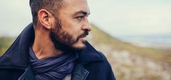 Ciérrese para arriba de hombre con la barba que se coloca al aire libre fotografía de archivo libre de regalías