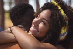 Ciérrese para arriba de hombre de abarcamiento sonriente de la mujer Imagen de archivo libre de regalías