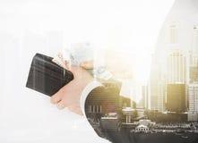 Ciérrese para arriba de hombre de negocios con el dinero euro en cartera Imagen de archivo libre de regalías