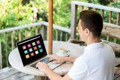Ciérrese para arriba de hombre de negocios con el ordenador portátil en terraza Fotografía de archivo libre de regalías