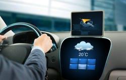 Ciérrese para arriba de hombre de negocios con la PC de la tableta que conduce el coche Imagenes de archivo