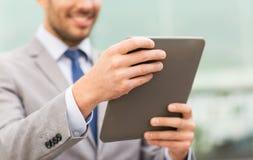 Ciérrese para arriba de hombre de negocios con PC de la tableta en ciudad Foto de archivo