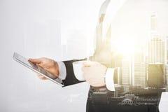 Ciérrese para arriba de hombre de negocios con PC y café de la tableta Imágenes de archivo libres de regalías
