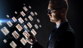 Ciérrese para arriba de hombre de negocios con PC y los iconos de la tableta Imágenes de archivo libres de regalías