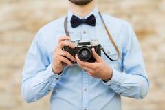 Ciérrese para arriba de hombre del inconformista con la cámara de la película en ciudad Fotos de archivo libres de regalías