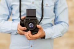 Ciérrese para arriba de hombre del inconformista con la cámara de la película en ciudad Fotos de archivo