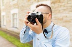 Ciérrese para arriba de hombre del inconformista con la cámara de la película en ciudad Foto de archivo