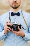 Ciérrese para arriba de hombre del inconformista con la cámara de la película en ciudad Foto de archivo libre de regalías