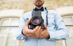 Ciérrese para arriba de hombre del inconformista con la cámara de la película en ciudad Imágenes de archivo libres de regalías