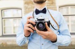 Ciérrese para arriba de hombre del inconformista con la cámara de la película en ciudad Imagen de archivo libre de regalías