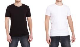 Ciérrese para arriba de hombre en camiseta blanco y negro en blanco Foto de archivo libre de regalías