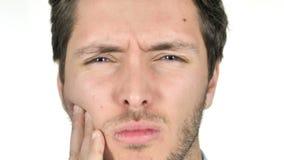 Ciérrese para arriba de hombre joven con dolor de muelas en el fondo blanco almacen de video