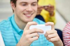 Ciérrese para arriba de hombre joven con smartphone Imagenes de archivo