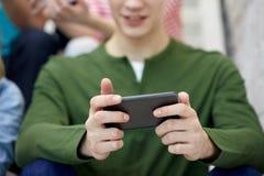 Ciérrese para arriba de hombre joven con smartphone Fotos de archivo libres de regalías