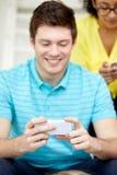 Ciérrese para arriba de hombre joven con smartphone Imagen de archivo