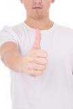 Ciérrese para arriba de hombre joven en los pulgares blancos de la camiseta para arriba Imágenes de archivo libres de regalías