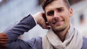 Ciérrese para arriba de hombre joven sonriente feliz al aire libre metrajes