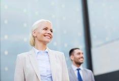 Ciérrese para arriba de hombres de negocios sonrientes Imagen de archivo libre de regalías