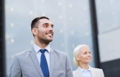 Ciérrese para arriba de hombres de negocios sonrientes Foto de archivo libre de regalías