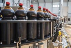 Ciérrese para arriba de industria de botella plástica en una banda transportadora Imagenes de archivo