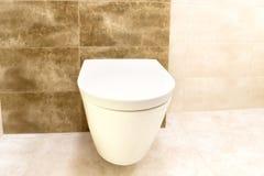 Ciérrese para arriba de interior del cuarto de baño del retrete Imagen de archivo