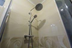 Ciérrese para arriba de interior de la nueva cabina moderna lujosa de la ducha con l imagenes de archivo