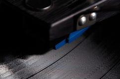 Ciérrese para arriba de jugar del disco de vinilo Imagenes de archivo