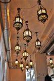Ciérrese para arriba de lámparas elegantes dentro de un restaurante crimeo imagen de archivo