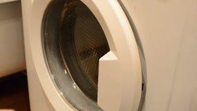 Ciérrese para arriba de la abertura masculina caucásica de la mano y cerrado la puerta de una lavadora blanca vacía almacen de metraje de vídeo