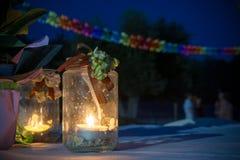 Ciérrese para arriba de la atmósfera romántica hecha con una vela en un vidrio MES fotos de archivo