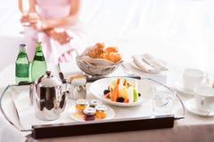 Ciérrese para arriba de la bandeja con el desayuno fotos de archivo