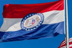 Ciérrese para arriba de la bandera que agita del estado de Missouri con el cielo azul i foto de archivo