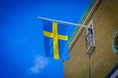 Ciérrese para arriba de la bandera sueca en un edificio Fotos de archivo