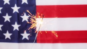 Ciérrese para arriba de la bengala que quema sobre bandera americana almacen de video