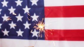 Ciérrese para arriba de la bengala que quema sobre bandera americana metrajes