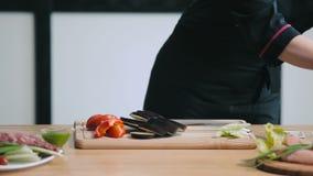 Ciérrese para arriba de la berenjena profesional del corte del cocinero metrajes
