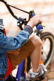 Ciérrese para arriba de la bici del montar a caballo del pequeño niño imagen de archivo libre de regalías