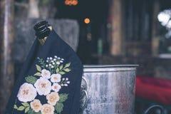 Ciérrese para arriba de la botella del champán en el restaurante de la isla de Bali, Indonesia Fotografía de archivo
