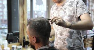 Ciérrese para arriba de la cabeza del hombre en la barbería metrajes